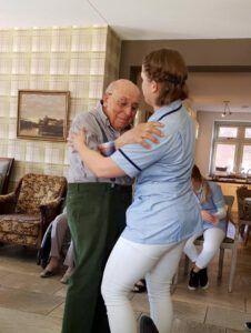 dansende bewoner met medewerker jacobahof